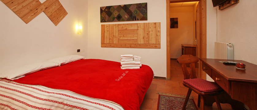 italy_milky-way-ski-area_sauze-doulx_hotel-chalet-del-sole_bedroom2.jpg